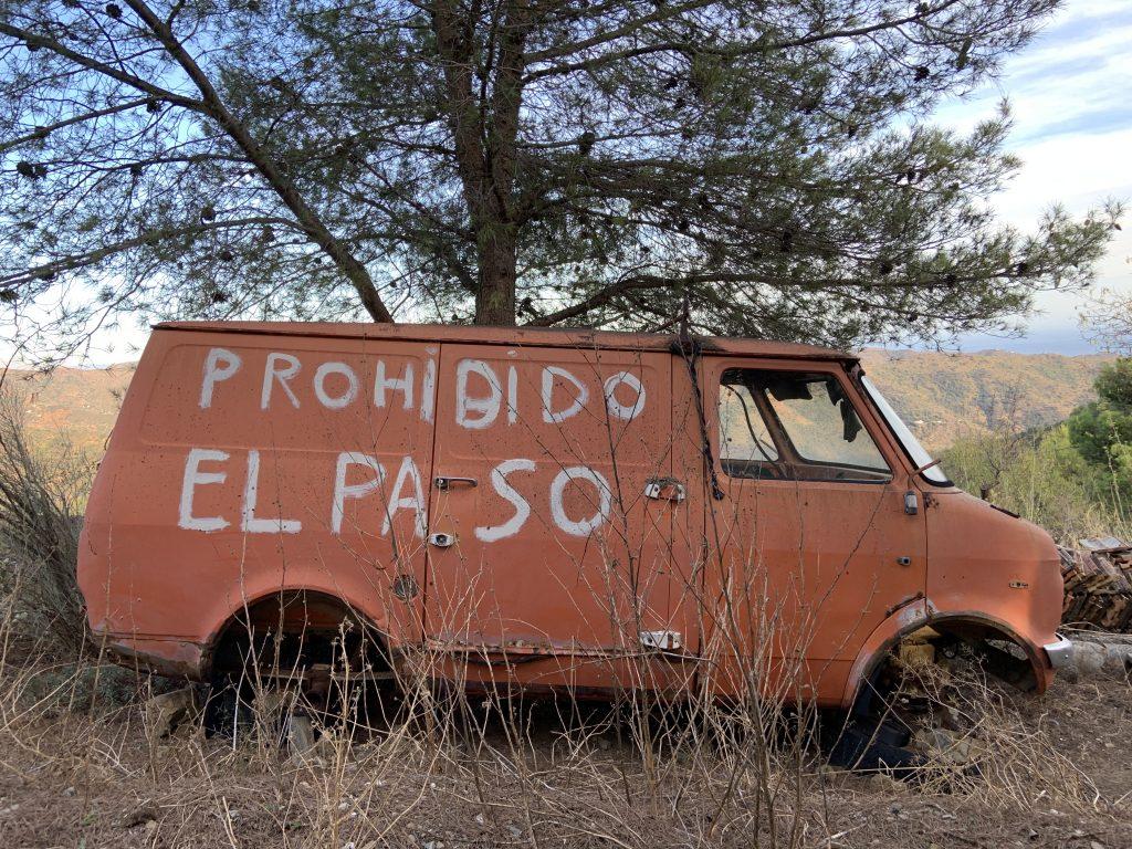 "Furgoneta abandonada con pintada ""Prohibido el Paso"""